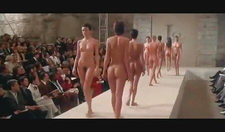 उसके मुंह में एक सदस्य के साथ एक हिंदी में सेक्सी मूवी फिल्म वह कैमरे के सामने खड़े
